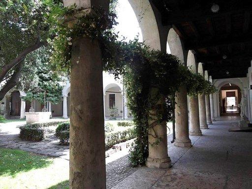 Kaunis puutarha, jonka perällä Julian hautakammio sijaitsee.