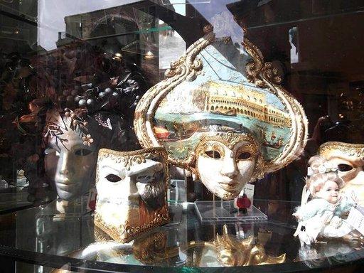 Karnevaali-naamioita.