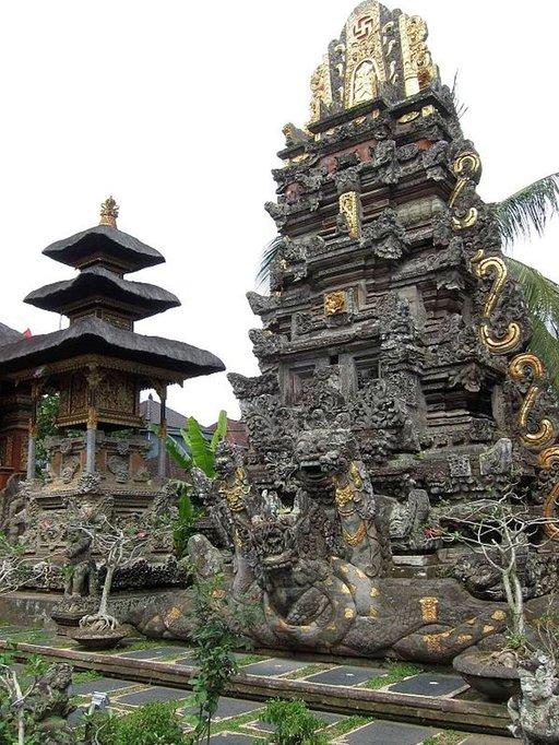 Bali uhkuu romantiikkaa kauniilla riisipelloilla ja temppeleillä.
