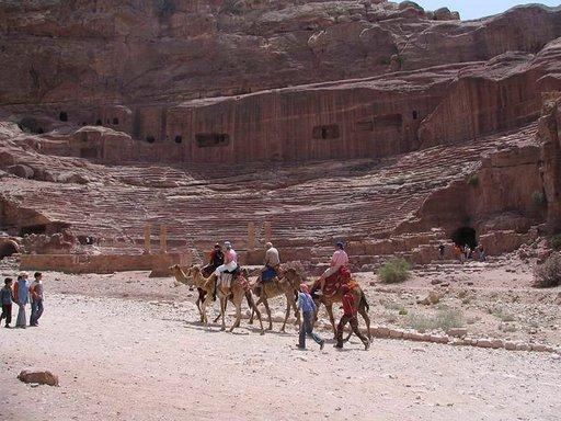 Kameliratsastus on suosittua. Petraan tutustuttaessa se on helpoin tapa liikkua kohteesta toiseen.