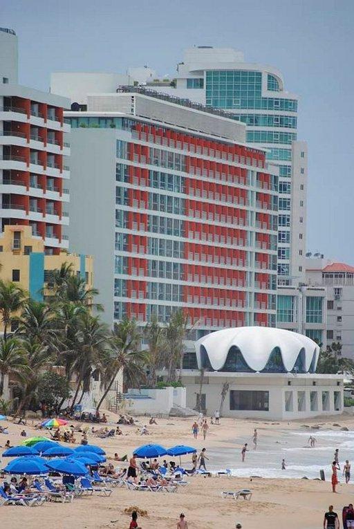 Paikallisten suosiman La Conchan rannan läheisyydessä on laaja tarjonta ravintoloita ja baareja.