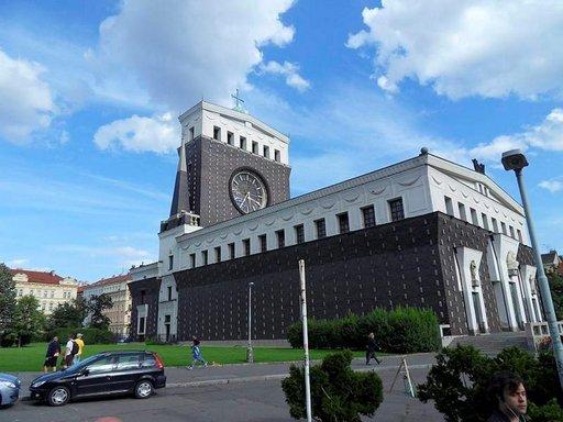 Moderni Herran siunatun sydämen kirkko on Jirího z Podebradin -aukion maamerkki.