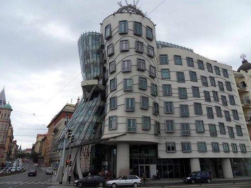 Frank Gehryn suunnittelema Tanssiva talo Vltavan rannalla.