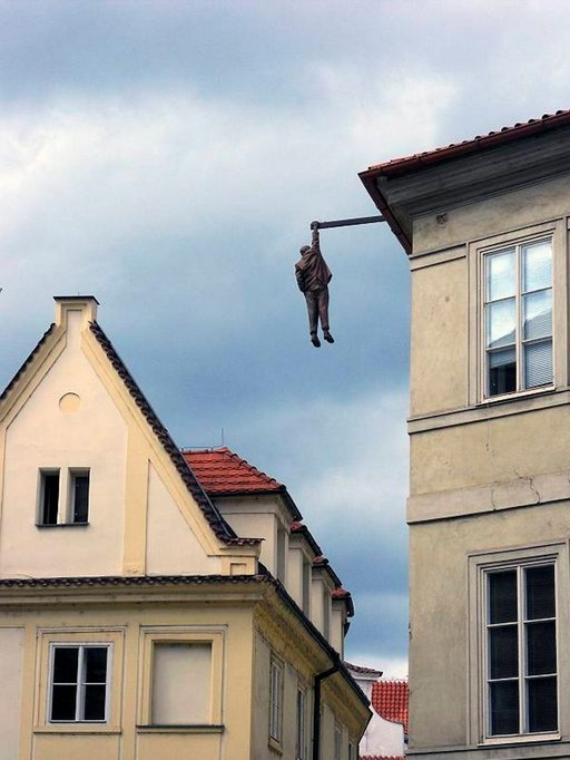 Hanging around - elämää kuilun partaalla.