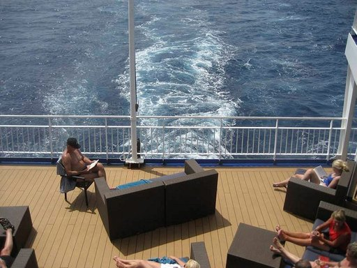 Aurinkoisella peräkannella nautittiin meripäivistä lueskellen ja tarinoiden.
