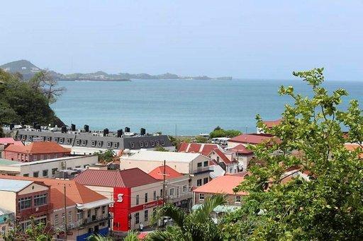 Grenadan pääkaupunki St. George's kylpee sunnuntaipäivän auringossa.