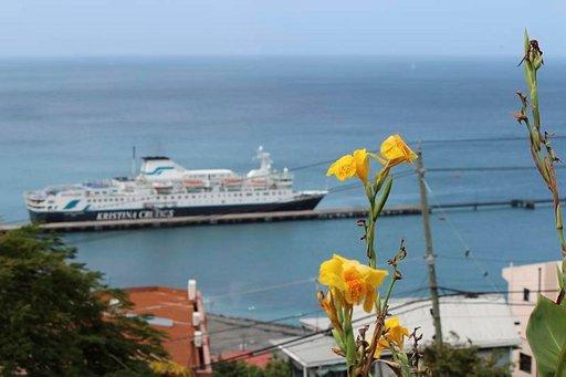 Karibian pienissä pääkaupungeissa laiva saatiin yleensä keskustan tuntumaan.
