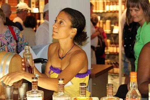 Clément'in rommiplantaasin ystävällinen henkilökunta Martiniquella tarjoili auliisti maistiaisia yhtiön tuotannosta.