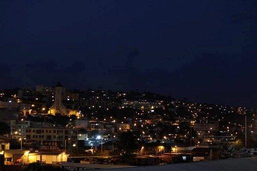 Karibian sinisenmusta yö oli lämmin ja kostea.