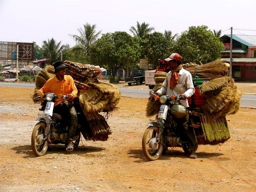 Kambodžassa kaikki liikkuu prätkillä - kokonaisista perheistä muuttokuormiin.