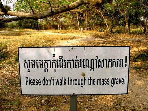 Choeung Ek, Kuoleman kentät. Phnom Penhin liepeillä sijaitsevalla alueella on yli 17 000 ihmisen joukkohaudat.