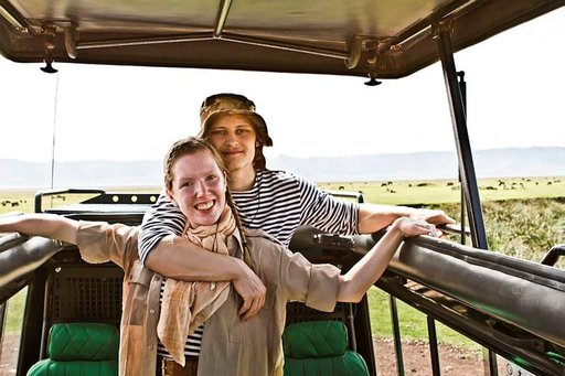 Milla ja Markku Vahtila katoksen alla suojassa paahteiselta auringolta Ngorongorossa.