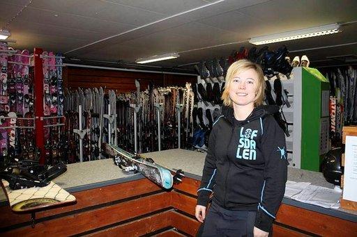 Lofsdalenin markkinoinnista vastaava Johanna Mattsson laskettelee mieluimmin aamun varhaisina tunteina.