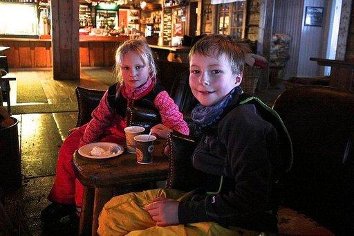 Sisarukset Meja ja Vigor Gustavsson ovat tulleet hiihtolomalle vanhempiensa kanssa Vemdaleniin Norrtäljestä.