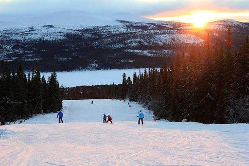 Lofsdalenin leveä helppo rinne on omiaan hiihtokoululaisille, joita riittää aina Tanskaa myöten. Tanskalaisia, norjalaisia ja suomalaisia laskettelijoita on Lofsdalenissa noin viidesosa.