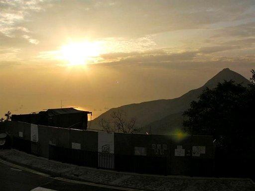 Matka Old Peak Roadia pitkin Hongkongin saaren korkeimmalle kohdalle, Victoria Peakille, tarjoaa kontrasteja.