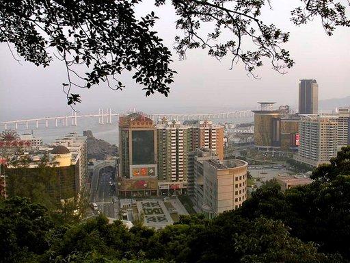 Ponte de Amizade, Ystävyyden silta, yhdistää Macaon niemimaan ja kaupunkiin kuuluvat saaret Taipan ja Coloanen.