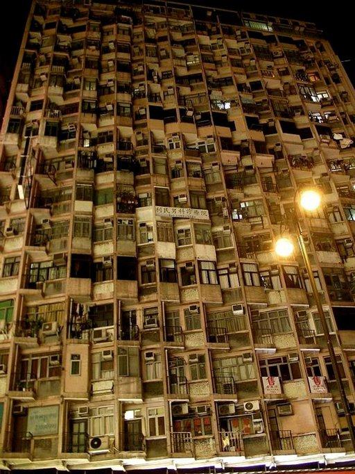 Suuri osa hongkongilaisista asuu kerrostaloissa, joista osa on jo parhaat päivänsä nähnyt.