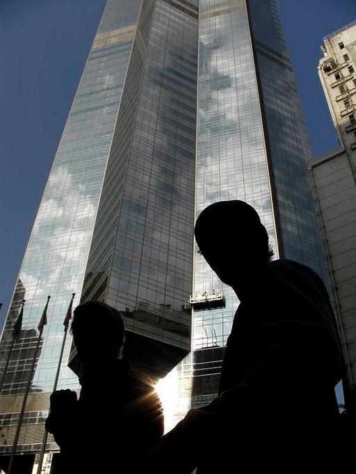Hongkongin saaren lasisten pilvenpiirtäjien varjostamilla kaduilla riittää ihmeteltävää.