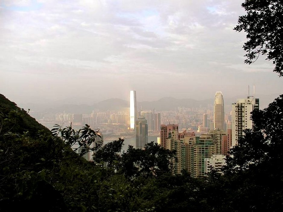 Hongkong on taivaisiin kurottavia pilvenpiirtäjiä, mutta myös vehmasta luontoa.