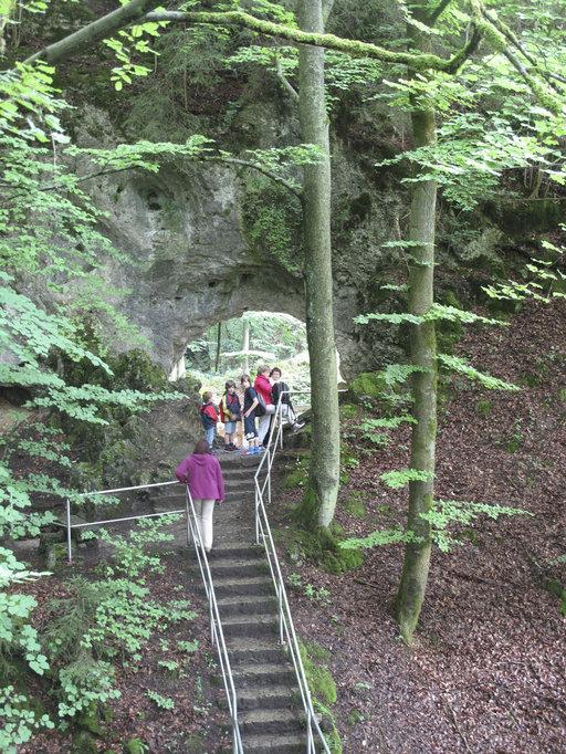 Kipuaminen Riesenburgin holvien alla palkitaan upealla näkymällä Wiesent-joen laaksoon.