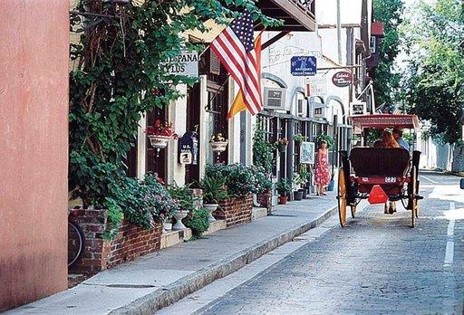 Yhdysvaltojen vanhimmalla kadulla, Aviles Streetillä, on gallerioita ja kahviloita.