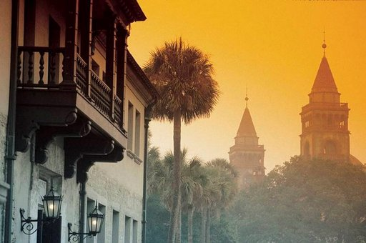 Flagler Collegen tornit hehkuvat auringonlaskussa.