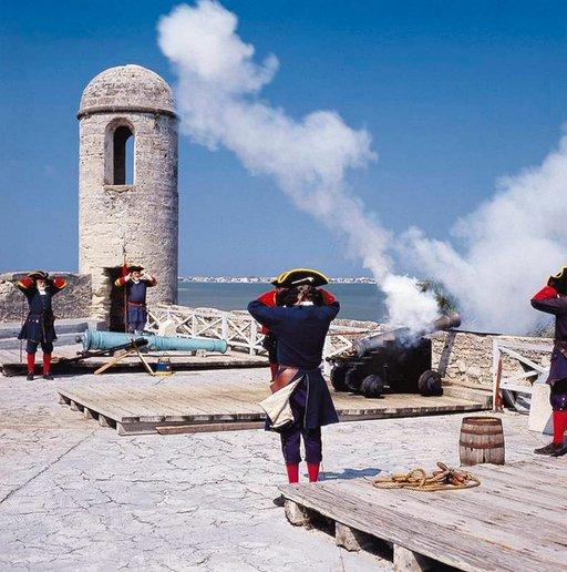 Castillo de San Marcon linnoituksella järjestetään päivittäin tykkinäytöksiä.