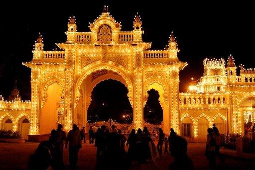 Mysoren palatsi kylpee iltavalaistuksessaan.