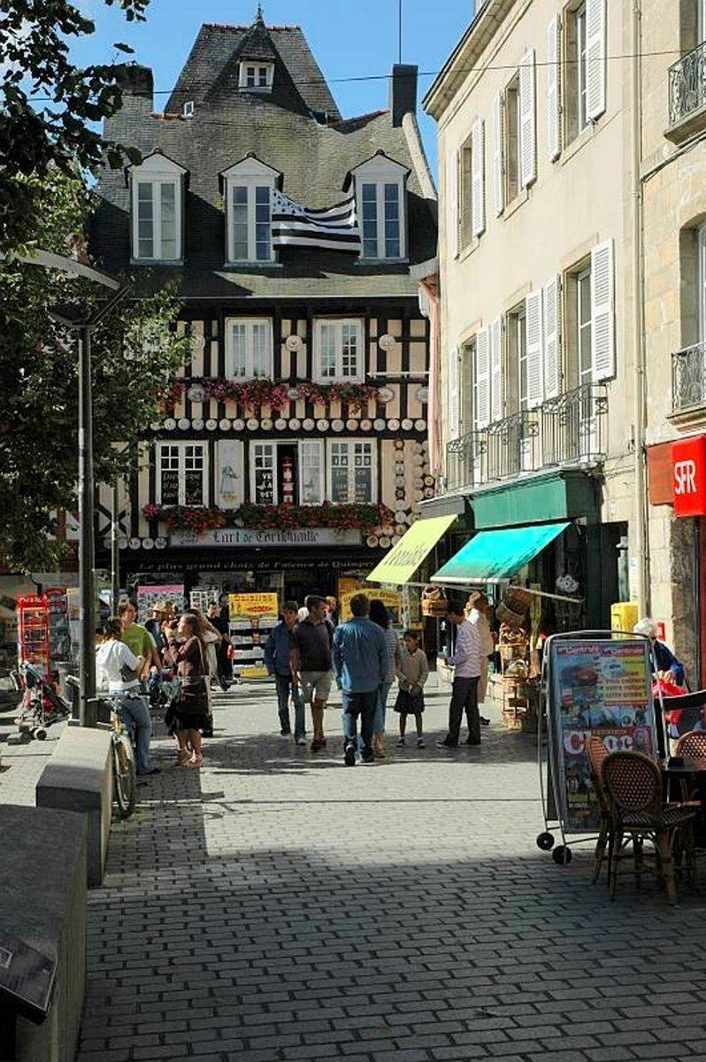 Mustavalkoinen Bretagnen lippu liehuu posliinikaupan edessä.