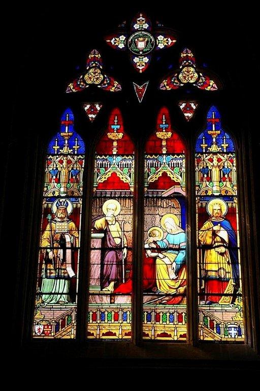 Kirkon päädyssä voi iahilla upeita lasimaalauksia.
