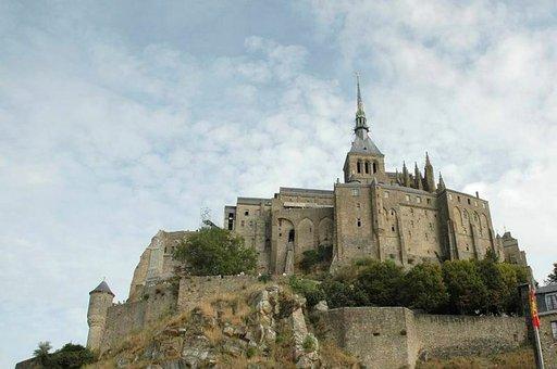 Mont Saint-Michel kohoaa merestä kuin satujen saari.