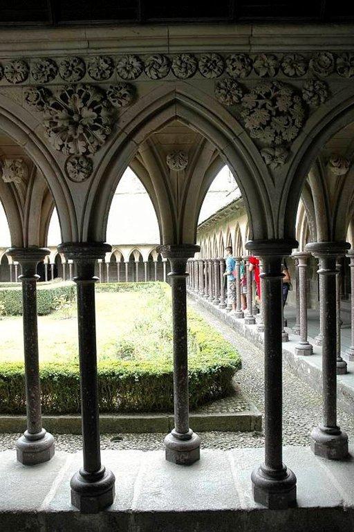 Sirot seinärakenteet ympäröivät luostarin sisäpihaa.