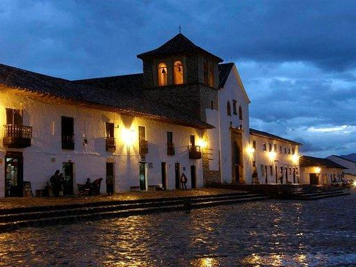 Villa de Leyvan katedraali valaistaan iltaisin.