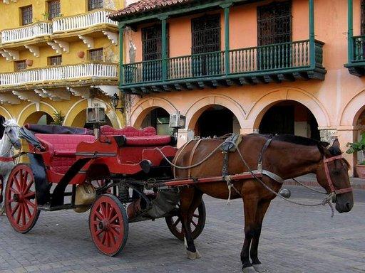 Hevosvaljakot odottavat kyyditettäviä Plaza de los Coches -aukiolla Cartagenassa.