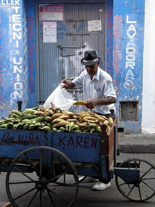 Kiertävä banaanikauppias Santa Martassa.