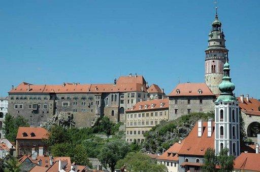 Krumlovin linna sekä vanha ja uudempi kirkko nousevat kaupungin yläpuolelle.