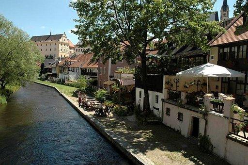 Vltava-joen sivuhaaraa pitkin pääsee Prahaan.