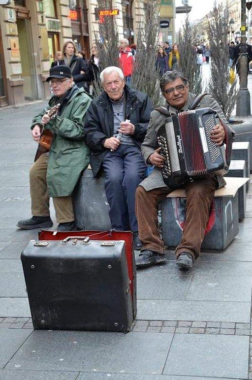 Belgradin kaduilla soi aina. Katusoittajat ovat suositulla kävelykadulla, Knez Mihailovalla, kesäisin ja talvisin, päivisin ja öisin.