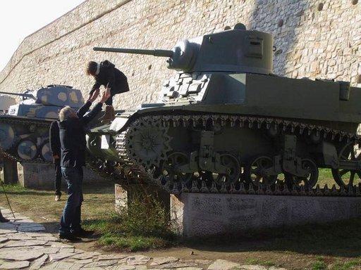 Tankkeja sotamuseon edustalla.