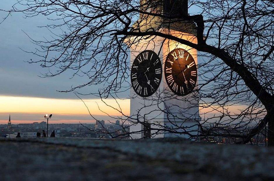 Yksi tärkeimmistä Novi Sadin maamerkeistä on Petrovaradinin kello. Sen erikoisuus on pitkä tuntiviisari ja lyhyt minuuttiviisari.