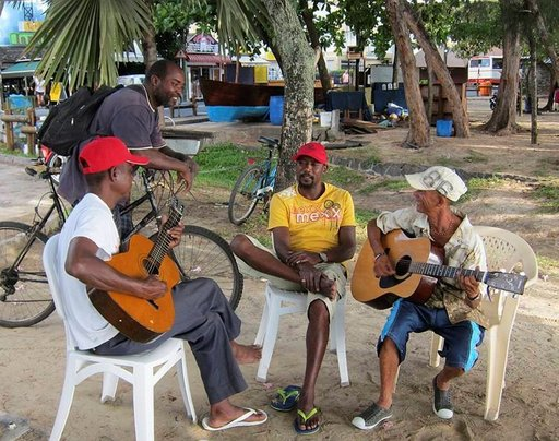 Grand Baien rantakadulla paikalliset muusikot luovat trooppisia rytmejä.