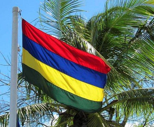 Mauritiuksen lipun värit symboloivat verta, valtamerta, aurinkoa ja saaren vehreää kasvillisuutta.