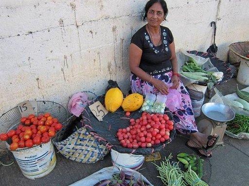 Katumyyjiltä voi ostaa tuttuja tai tuntemattomia trooppisia hedelmiä ja vihanneksia