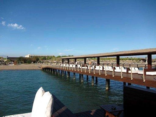 Belekille tunnusomaiset laiturit houkuttelevat merituulten äärelle.