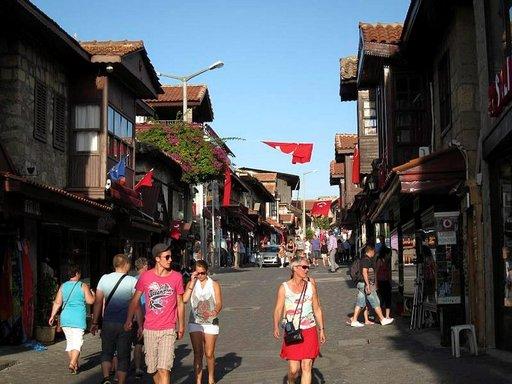 Antalyan Vanhankaupungin kauppoihin kannattaa kurkistaa sisälle.