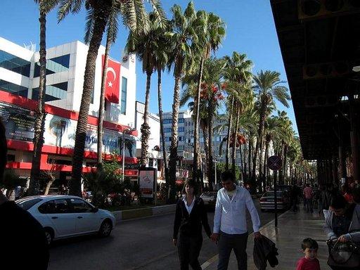 Antalyan kuten monen muunkin turkkilaiskaupungin pääkatu on nimetty turkkilaisten isän, Atatürkin mukaan.