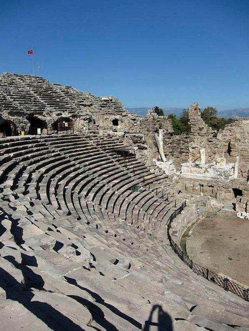 Siden amfiteatteri on rakennettu ajalle tavanomaisesta poiketen tasaiselle maalle.