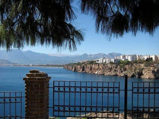 Näköalatasanteelta aukeaa upea maisema Antalyan lahdelle.