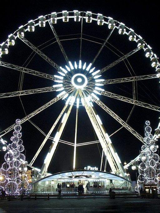 Pariisin maailmanpyörä iltapuvussaan ihastuttaa.